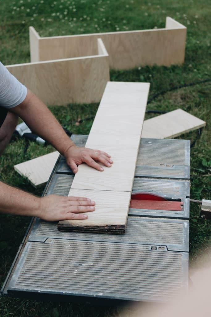 La préparation des planches de bois pour fabriquer un composteur